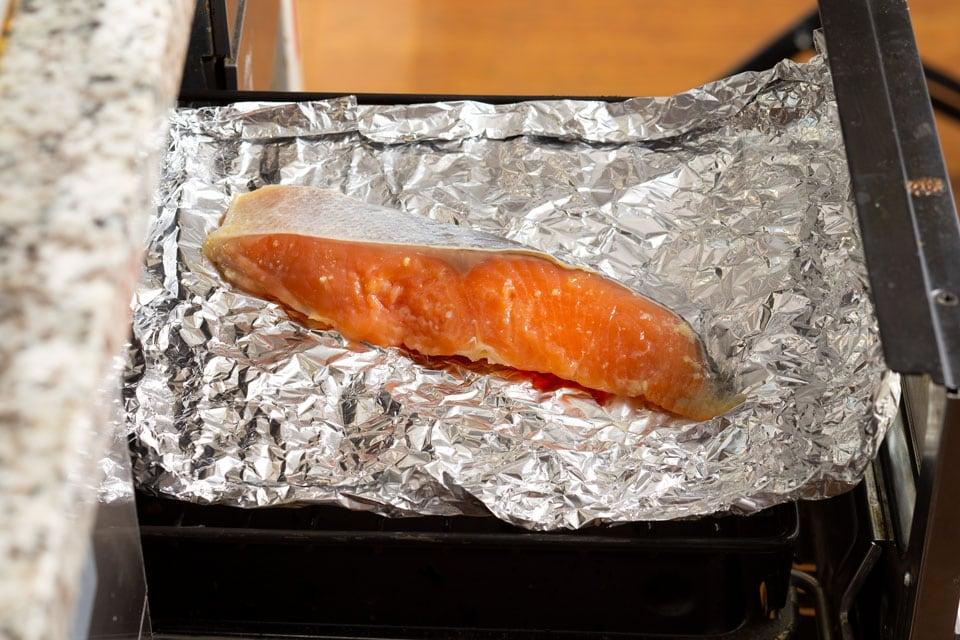 アルミホイルをクシャクシャにし、広げてお皿を作り、お魚を乗せます。